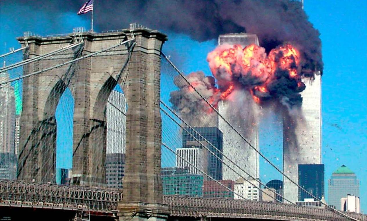 Momento em que a segunda torre do World Trade Center (WTC) é atingida por um dos quatro aviões comerciais sequestrados pelos terroristas em 11 de setembro de 2001; no primeiro plano, a ponte do Brooklyn. Dois aviões foram lançados contra as torres, um contra o Pentágono e o quarto, que ia para a Casa Branca, caiu na Pensilvânia Foto: Sara K. Schwittek / Reuters