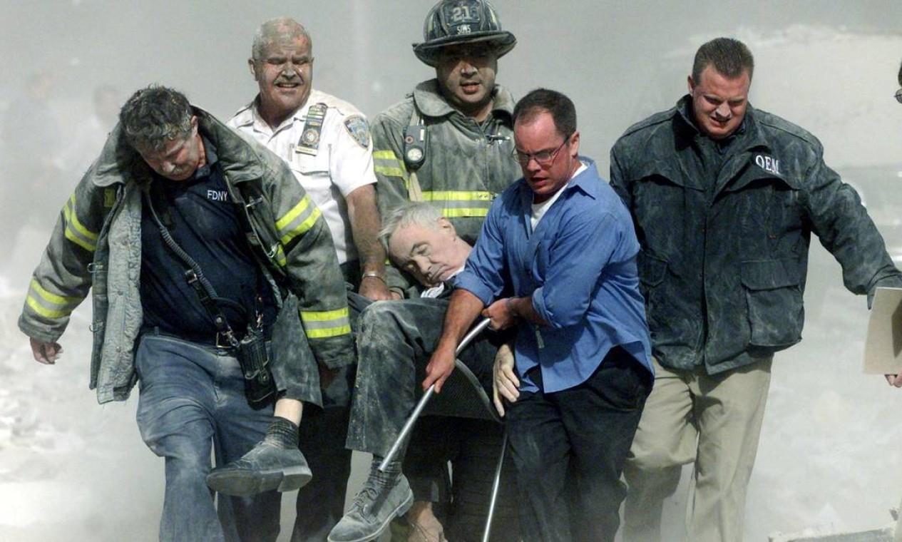Equipes de resgate retiram o capelão mortalmente ferido do Corpo de Bombeiros de Nova York, o reverendo Mychal Judge, dos destroços do World Trade Center Foto: Shannon Stapleton / Reuters