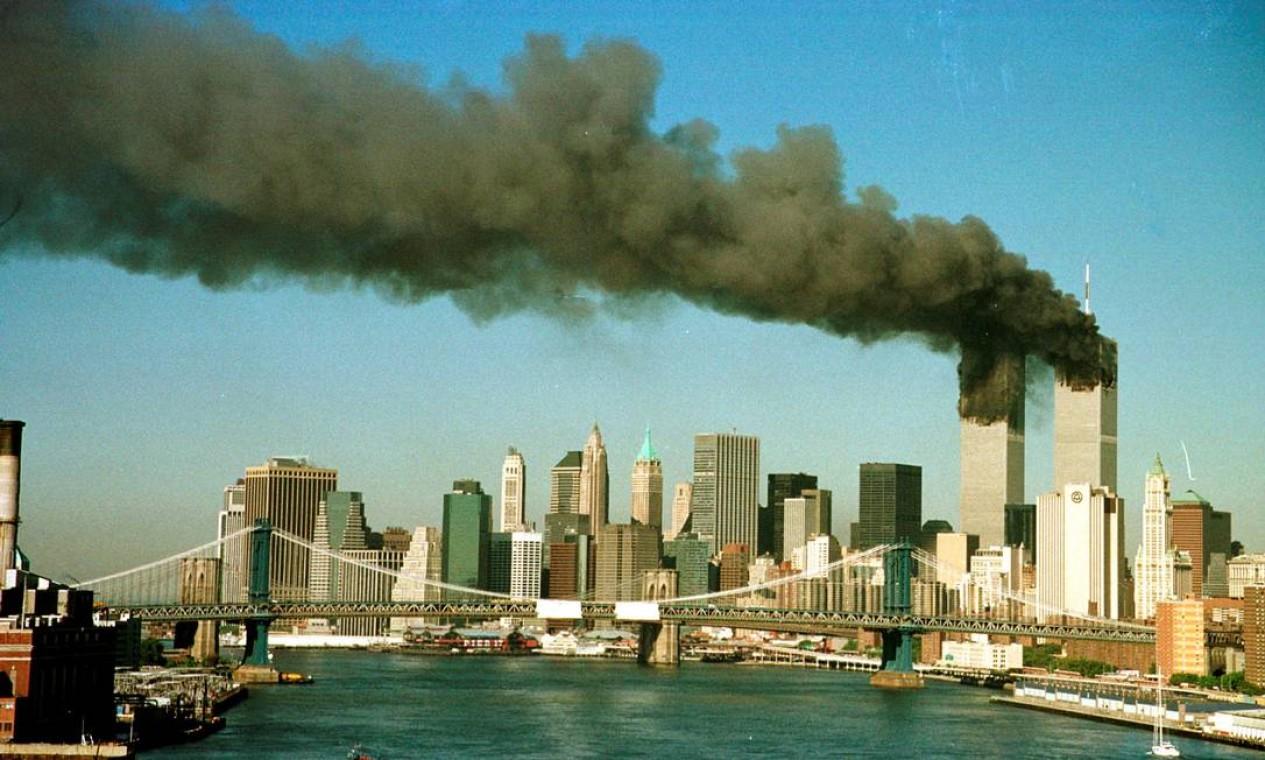 Fumaça nas torres do World Trade Center logo após o ataque; no total, 2.600 pessoas morreram nas torres, 125 no Pentágono, onde foi jogado o terceiro avião, e 265 dentro dos quatro aviões sequestrados Foto: Brad Rickerby / Reuters