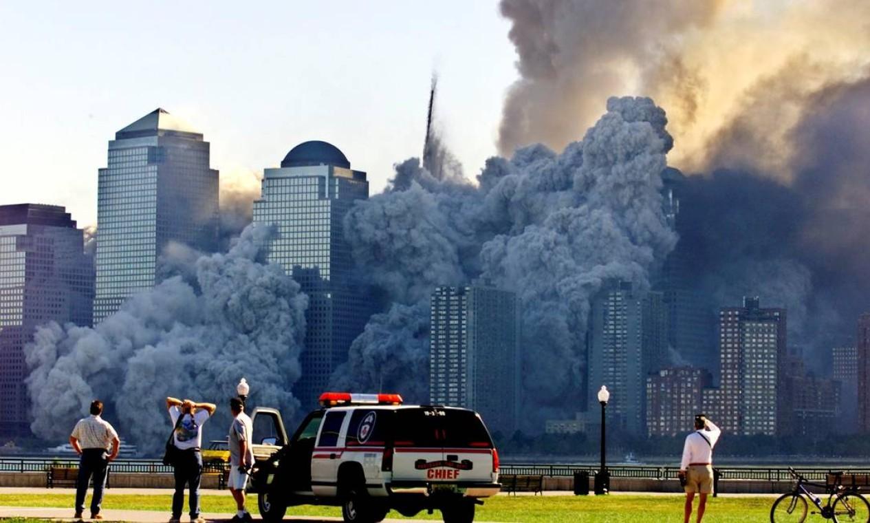 A torre restante do World Trade Center se dissolve em uma nuvem de poeira e destroços cerca de meia hora após o colapso da primeira torre gêmea, vista de Nova Jersey Foto: RAY STUBBLEBINE / Reuters