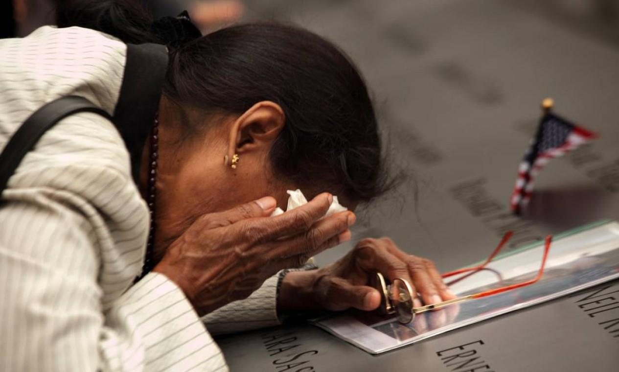 Vasantha Velamuri se emociona no memorial ao ver o nome de seu marido, Sankara Sastry Velamuri, que morreu no atentado ao World Trade Center Foto: POOL / Reuters - 11/9/2011