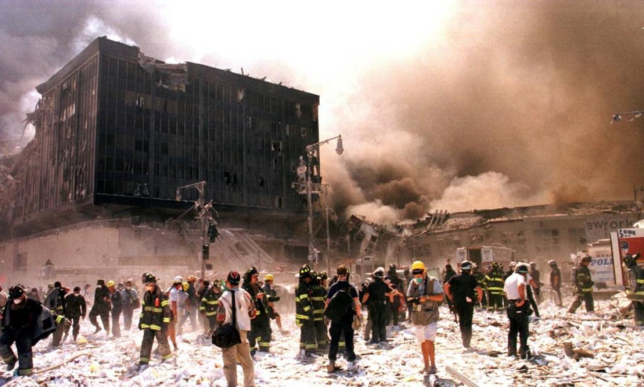 Bombeiros da cidade de Nova York lutam contra chamas em prédio vizinho depois que os edifícios do World Trade Center desabaram em Nova York Foto: STRINGER / Reuters