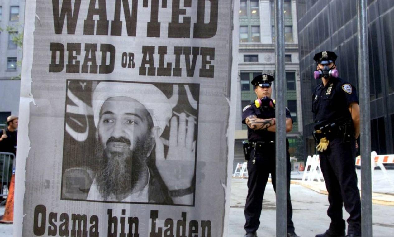 Uma semana depois de Osama bin Laden, da rede al-Qaeda, ter assumido a autoria dos atentados, pôster que pede sua captura aparece ao lado do local do ataque em Nova York. Ele se tornou o inimigo número um dos EUA até ser morto em 2011, no Paquistão Foto: Russel Boyce / Reuters - 18/9/2001