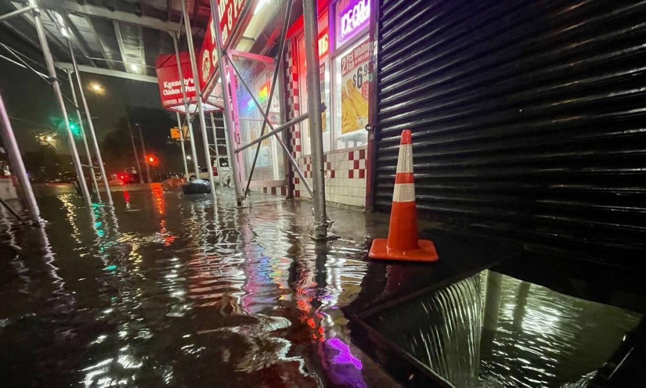 No Bronx, onde chegou a ser emitido um alerta de tornado, a tempestade provocada pelo furacão Ida deixou ruas alagadas Foto: David Dee Delgado / AFP