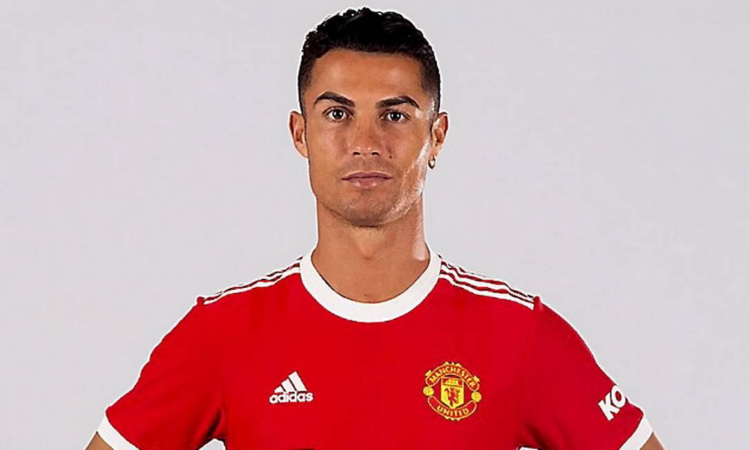 Cristiano Ronaldo posa com o uniforme do Manchester United Foto: Divulgação / Manchester United