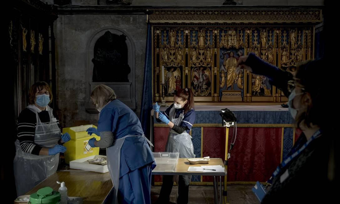 Clínica de vacinação contra a Covid-19 em uma catedral de Salisbury, na Inglaterra Foto: ANDREW TESTA / NYT