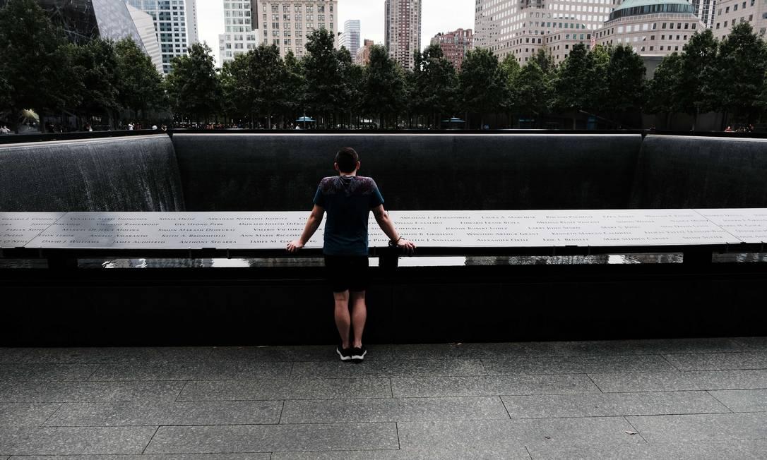 Homem observa o Memorial do 11 de Setembro, no Marco Zero, em Manhattan, onde as Torres Gêmeas ficavam antes dos ataques Foto: SPENCER PLATT / AFP