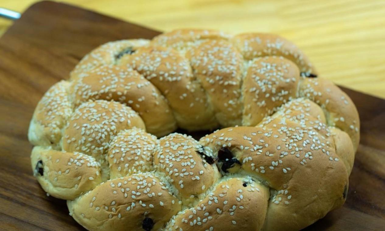 Clássicos. Com unidades no Leblon e na Gávea, o Talho Capixaba preparou uma linha com o pão challah (R$ 18, a unidade); e o bolo honik (foto). O bolo de mel tradicional judaico é feito com café, maçã, canela, nozes, açúcar mascavo e cacau em pó e sai por R$ 88, o quilo. Telefone: 2512-8760 Foto: Divulgação/Rivello/Menta