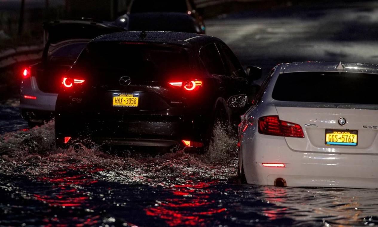 Tempestade tropical inundou rodovias em Nova York, nos Estados Unidos Foto: BRENDAN MCDERMID / REUTERS