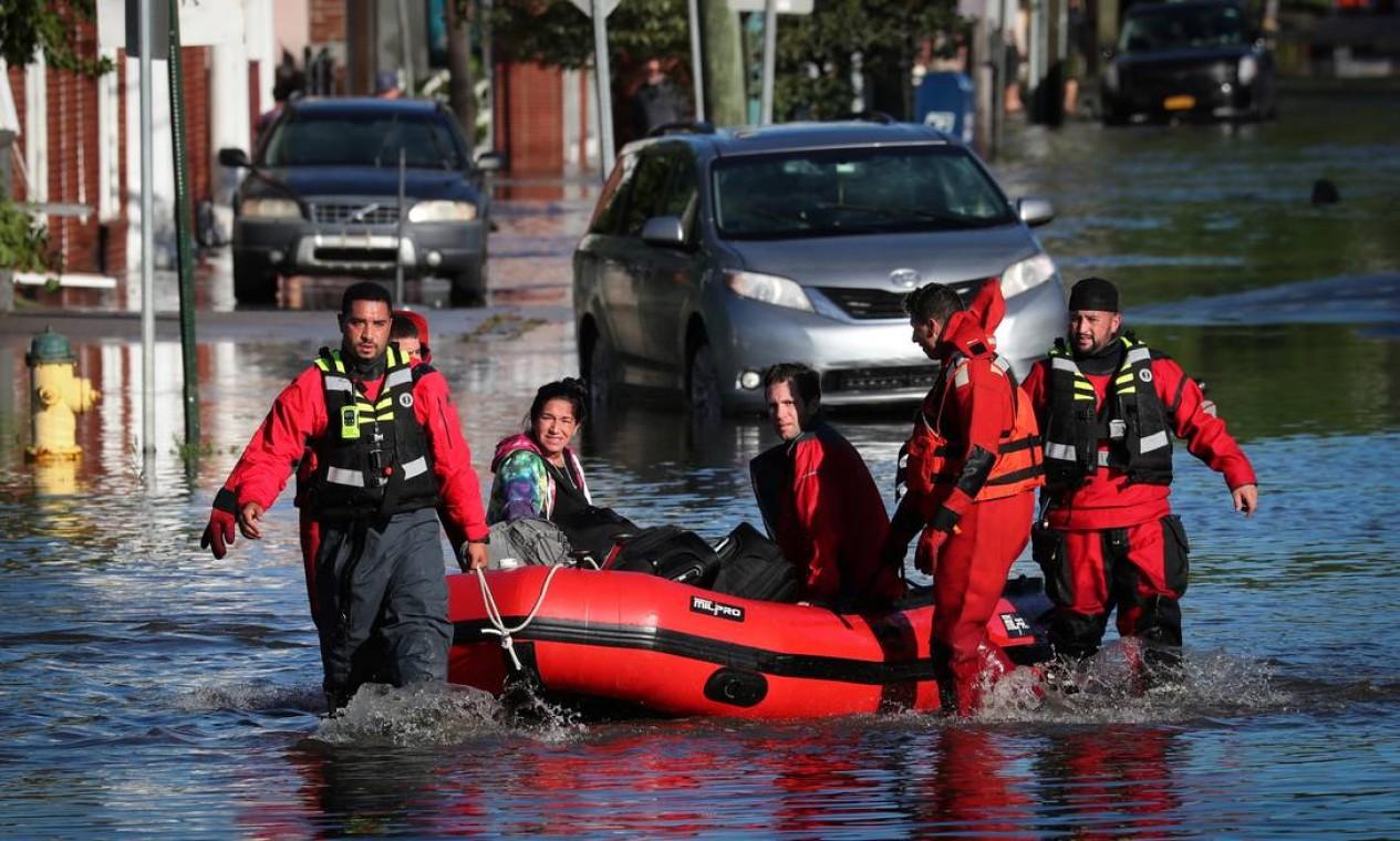 Equipe de resgate usa bote para transportar moradores que ficaram ilhados em Mamaroneck, Nova York Foto: MIKE SEGAR / REUTERS
