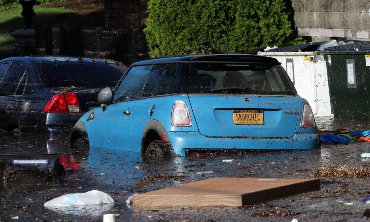 Carros foram quase totalmente encobertos pela inundação, em Mamaroneck, Nova York Foto: MIKE SEGAR / REUTERS