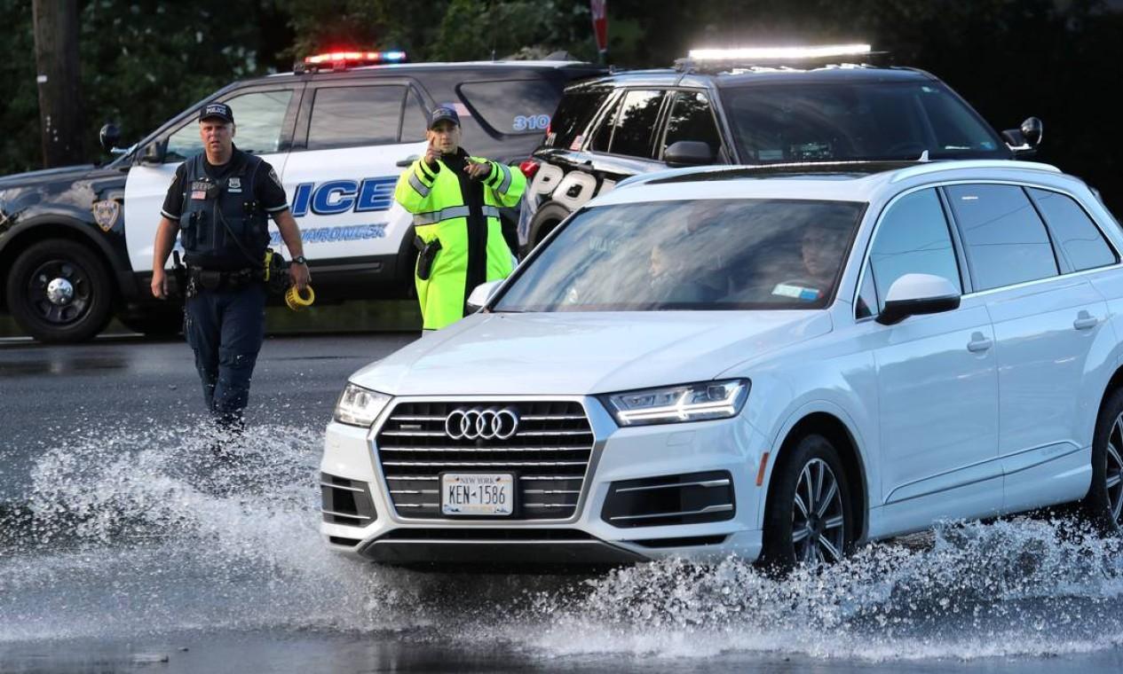 Polícia orienta motoristas a desviarem de duas alagadas em Mamaroneck, Nova York Foto: MIKE SEGAR / REUTERS