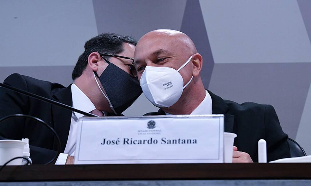 """Em depoimento à CPI da Covid, José Ricardo Santana, ex-secretário da Câmara de Regulação do Mercado de Medicamentos (Cmed), disse que foi trabalhar no Ministério da Saúde sem recebimento de salário, a convite ex-diretor de logística Roberto Ferreira Dias, investigado na comissão por suspeita de pedido de propina em negociação de vacinas. Santana, afirmou que no dia 23 de março pediu demissão na câmara de regulação e a exoneração foi publicada no dia 30. No entanto, ele não esclareceu seu trabalho no ministério. Em vários questionamentos, Santana respondeu """"que não se lembra"""", nem mesmo de sua remuneração na Cmed. Foto: Edilson Rodrigues/Agência Senado"""