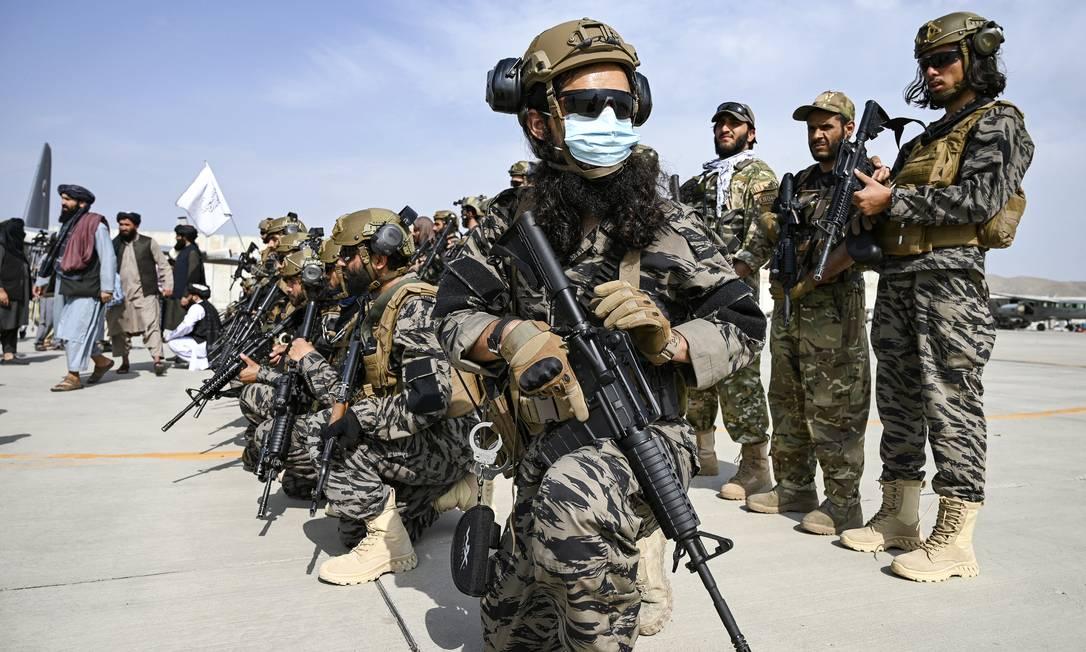 Membros da unidade militar Talibã tomam posição no aeroporto de Cabul, depois que os EUA retiraram todas as suas tropas do país Foto: WAKIL KOHSAR / AFP
