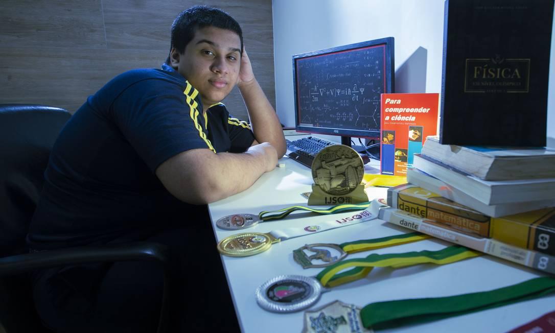 Caio Augusto Siqueira da Silva, de 17 anos, com medalhas conquistadas Foto: Edilson Dantas / Agência O Globo