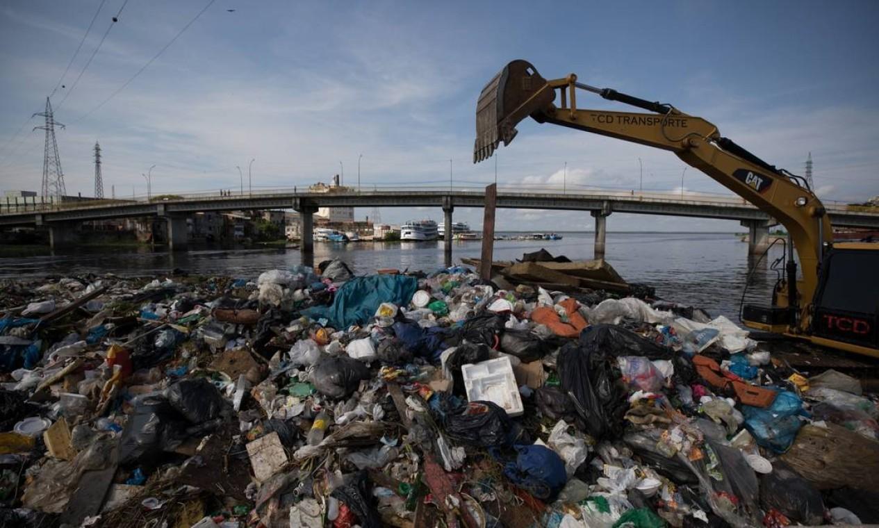 Lixo no igarapé do bairro São Raimundo em Manaus: cerca de cinco toneladas de resíduos descartados são recolhidos por dia pelos agentes de limpeza pública da capital Foto: Bruno Kelly / Agência O Globo