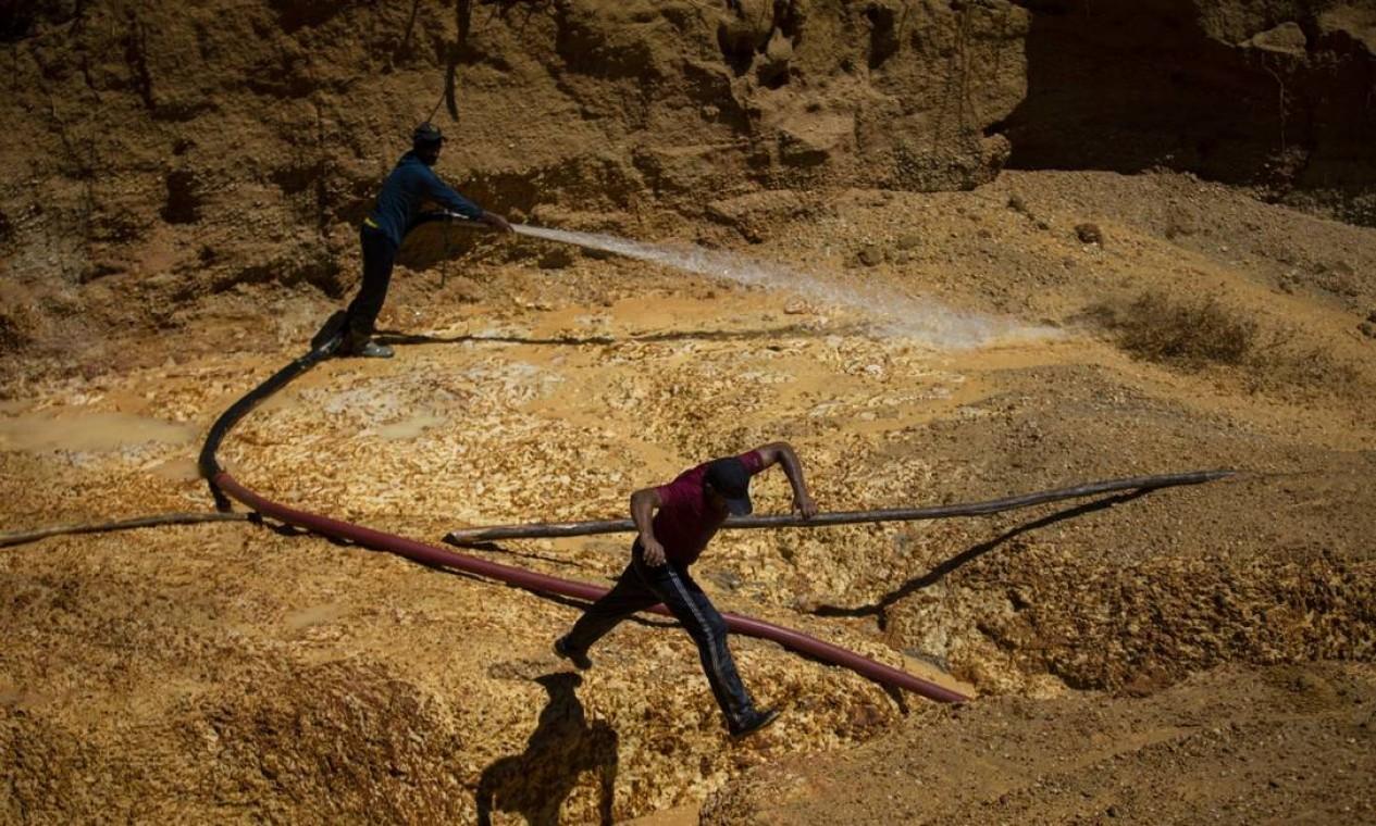O garimpo ilegal de ouro acontece no coraçãoo da maior reserva indígena do Brasil, a dos Yanomami Foto: Daniel Marenco / Agência O Globo