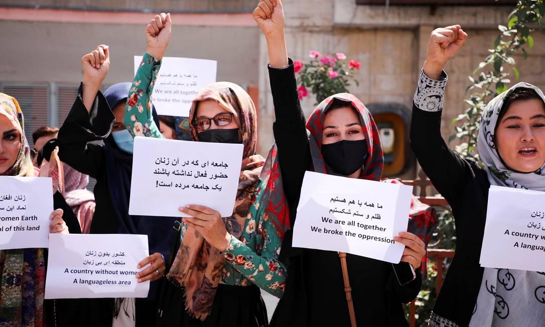 Mulheres afegãs protestam por direitos iguais em ato contra o Talibã, em frente ao palácio presidencial, em Cabul, Afeganistão Foto: STRINGER / REUTERS