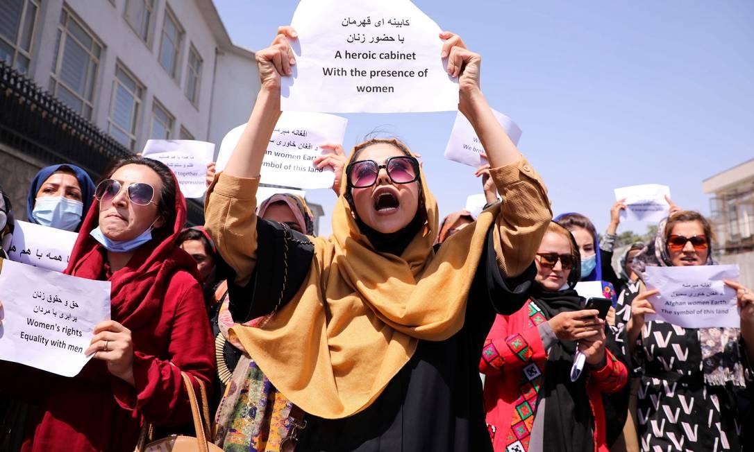 Defensoras dos direitos das mulheres afegãs e ativistas civis protestam para pedir ao Talibã a preservação de suas conquistas ao longo de anos Foto: STRINGER / REUTERS