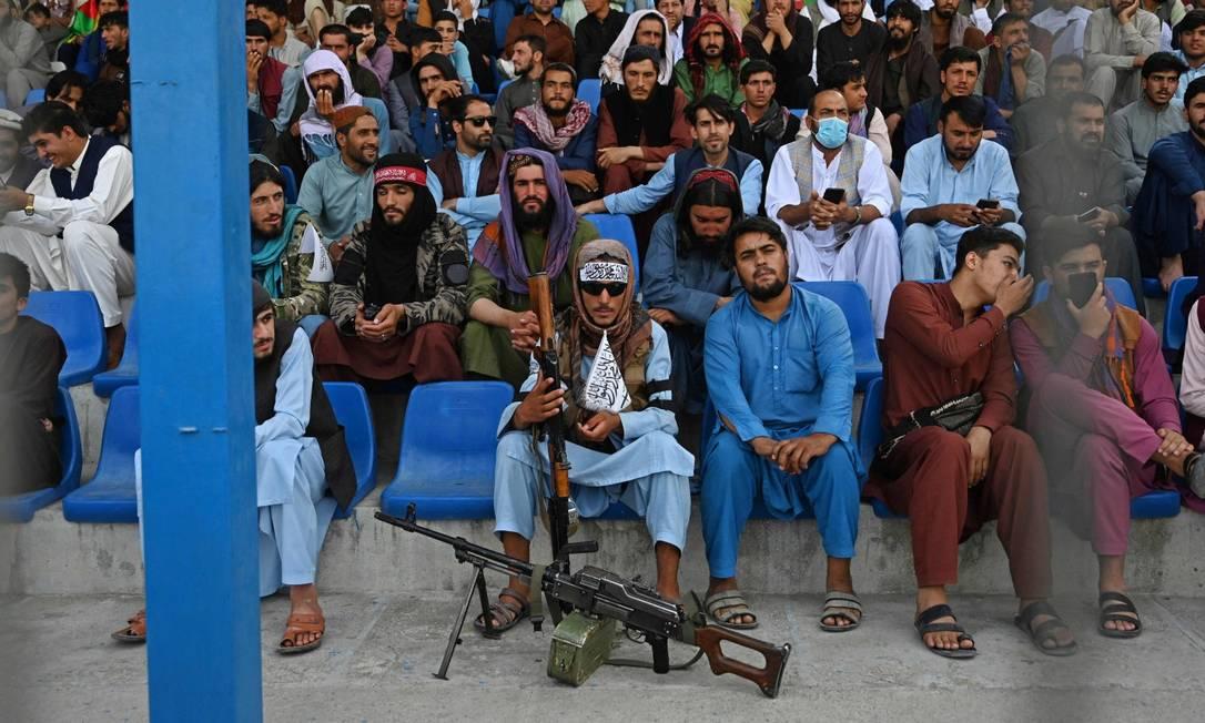 Armado, um combatente do Talibã vigia um jogo de críquete em Cabul, na sexta-feira; desafio de países que foram palco da 'guerra ao terror' é encontrar soluções regionais Foto: AAMIR QURESHI / AFP/3-9-21