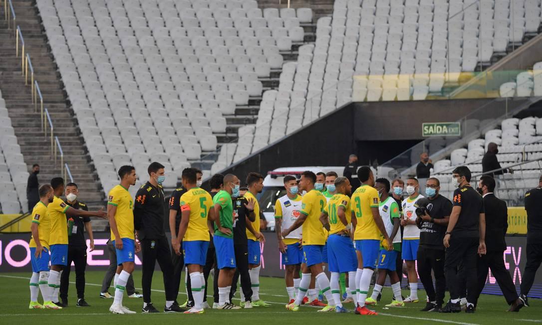 Jogadores do Brasil após funcionários da Anvisa entrarem em campo durante a partida. Quatro jogadores da Argentina não poderiam disputar a partida contra o Brasil pelas Eliminatórias da Copa Foto: NELSON ALMEIDA / AFP