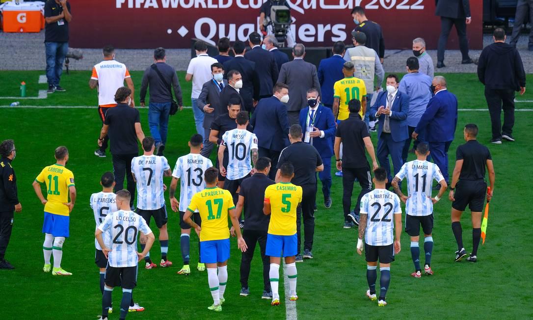 Jogadores e equipes técnicas de Brasil e Argentina após suspensão do jogo em São Paulo Foto: Marcello Zambrana / Agência O Globo