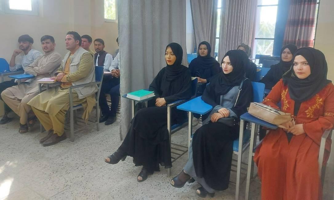 Mulheres são separadas por cortina em sala de aula na Universidade Avicenna em Cabul, Afeganistão Foto: SOCIAL MEDIA / via REUTERS
