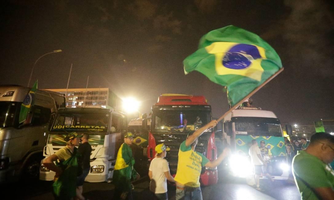 Caminhoneiros entram na Esplanada e são recebidos com festa pelo apoiadores do presidente Bolsonaro Foto: Cristiano Mariz/Agência O Globo