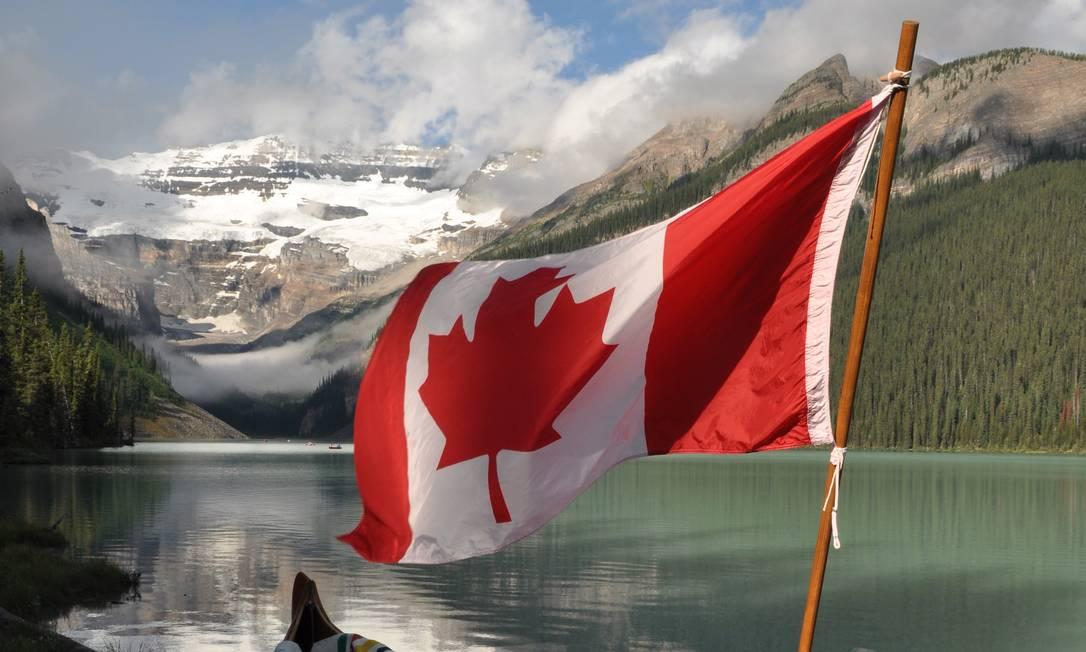 Bandeira do Canadá em Lake Louise, no Banff National Park, um dos destinos ao ar livre mais conhecidos do país, que acaba de abir as fronteiras para turistas completamente vacinados contra a Covid-19 Foto: Bruno Villas Bôas / Agência O Globo