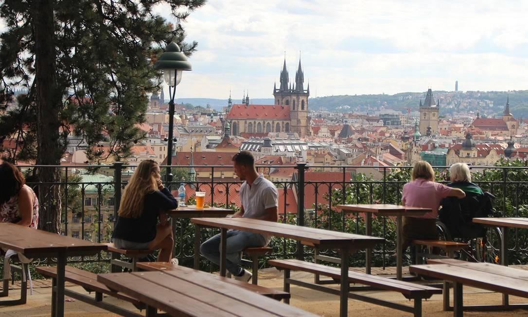 Pessoas aproveitam a vista para o centro antigo de Praga, capital da República Tcheca Foto: Eduardo Maia / O Globo