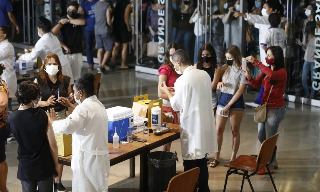 Fila de adolescentes para vacinação contra a Covid-19 na Cidade das Artes, na Barra da Tijuca Foto: Roberto Moreyra / Agência O Globo 06-09-2021