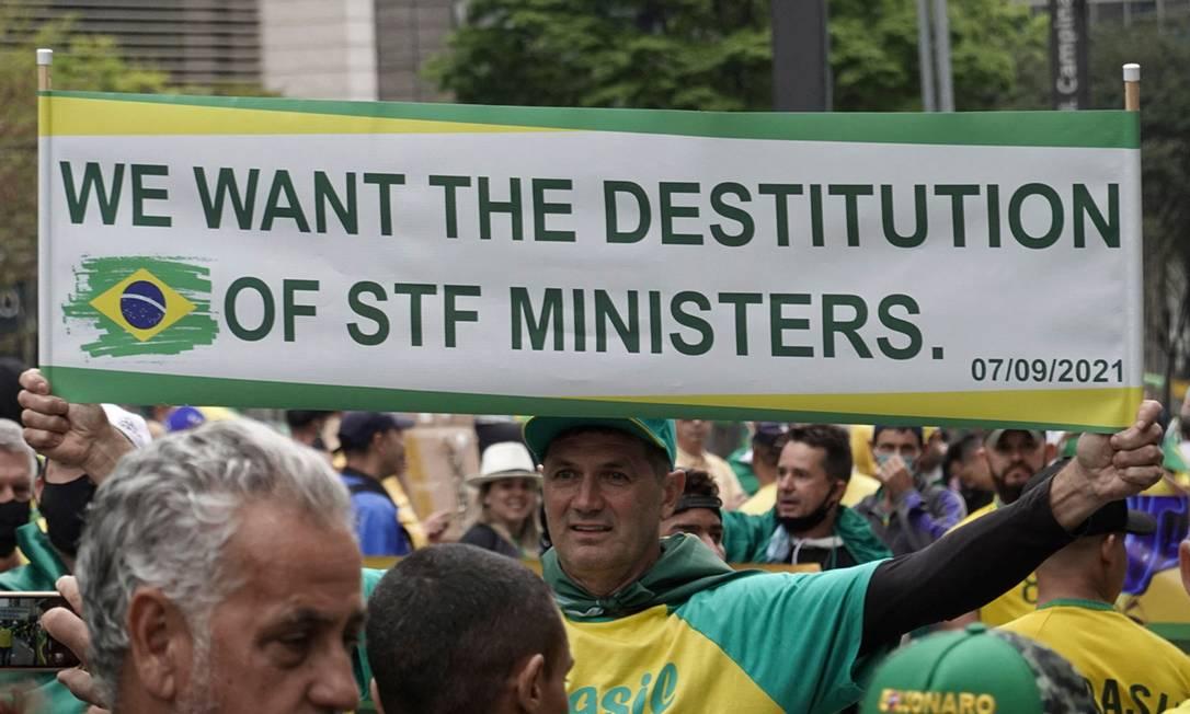"""""""Queremos a destituição dos ministros do STF"""", diz cartaz de apoiador de Bolsonaro em manifestação, na Avenida Paulista, em São Paulo Foto: PAULO LOPES / AFP"""