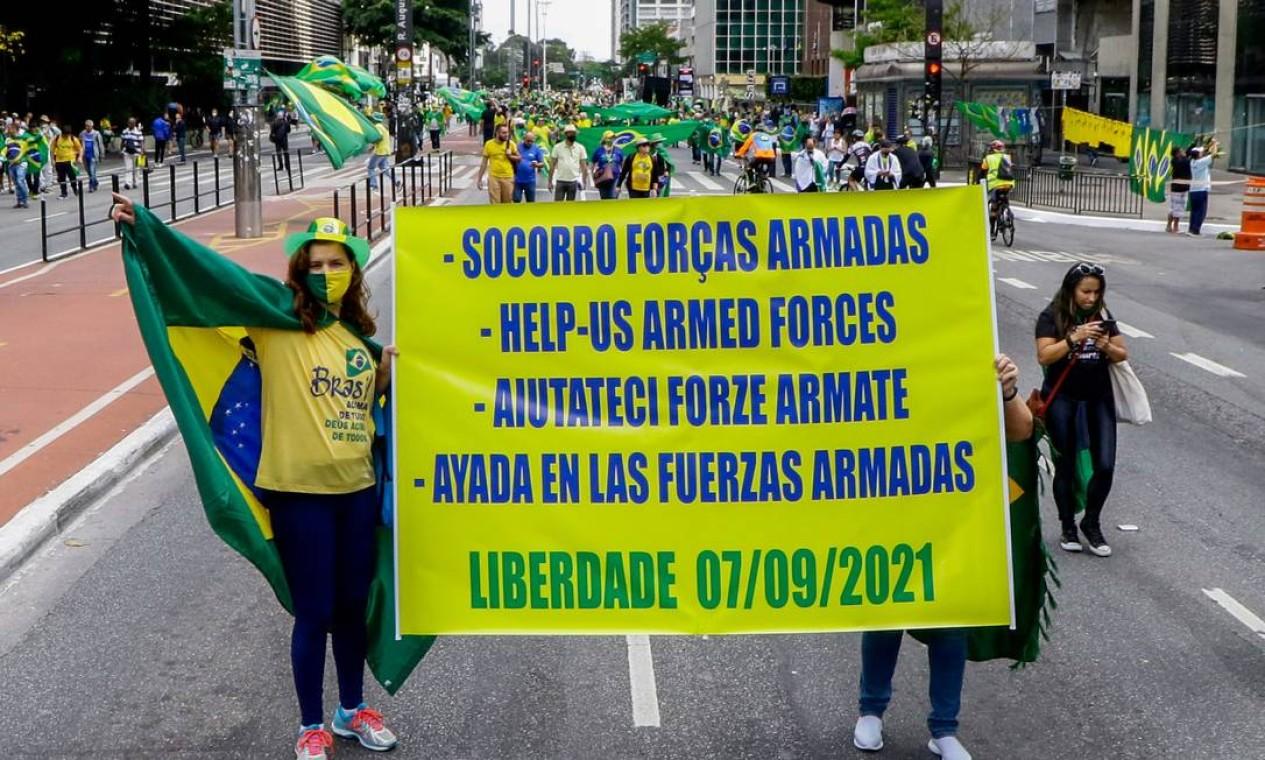Manifestantes seguram cartaz pedindo intervenção militar em português, inglês, italiano e espanhol – este com erro de grafia Foto: Fotoarena / Agência O Globo