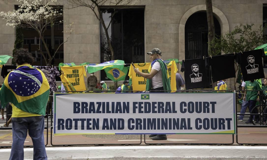 Cartaz escrito em inglês ataca o Supremo: 'podre e criminoso' Foto: Bruno Rocha / Agência O Globo