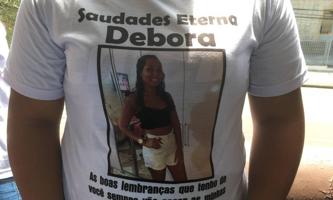 Amigos e parentes de Débora usam camisetas em homenagem à jovem, morta pelo namorado Foto: Isabela Aleixo / Agência O Globo