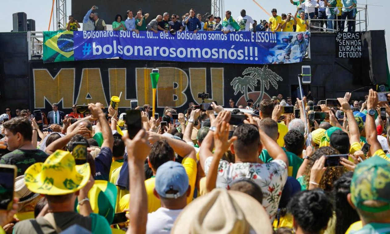 Bolsonaro discursa para apoiadores ao lado do vice-presidente, Hamilton Mourão, e o ministro da Infraestrutura, Tarcísio Gomes de Freitas, em Brasília Foto: SERGIO LIMA / AFP