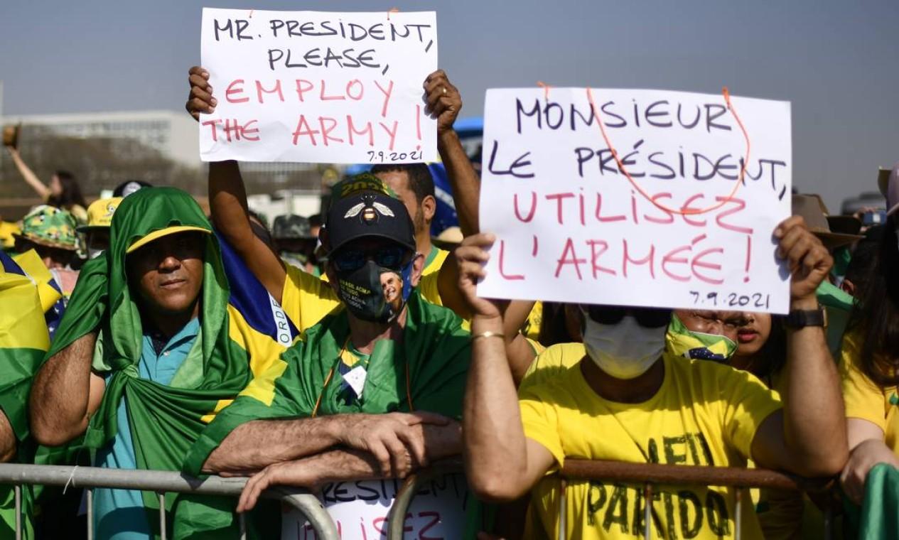 Apoiadores do presidente pedem intervenção militar em francês durante ato em Brasília Foto: Mateus Bonomi / Agência O Globo