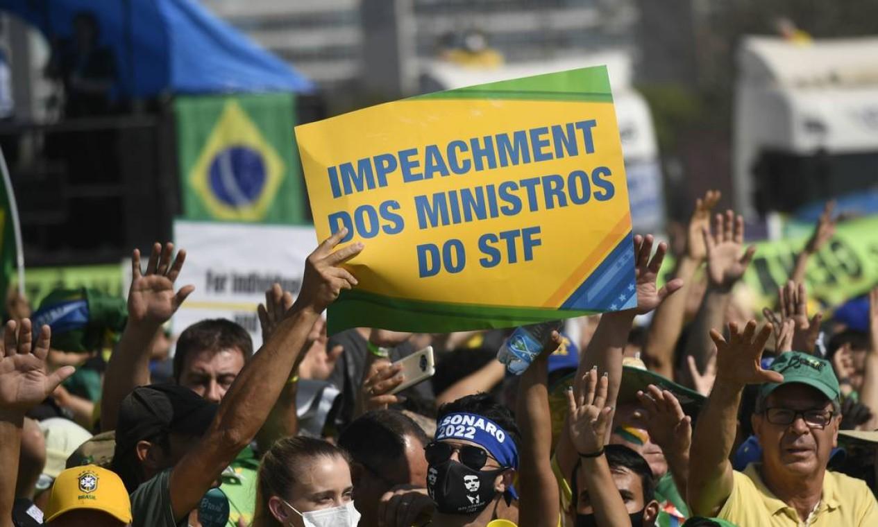 Com cartaz em inglês, apoiadores do presidente Bolsonaro pedem saída dos ministros do STF, na Esplanada dos Ministérios na cidade de Brasília Foto: Mateus Bonomi / Agência O Globo