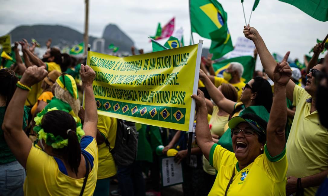 Apoiadores do presidente Bolsonaro carregam faixa escrita em português, inglês e espanhol: 'Bolsonaro é a esperança de um futuro melhor' Foto: Hermes de Paula / Agência O Globo