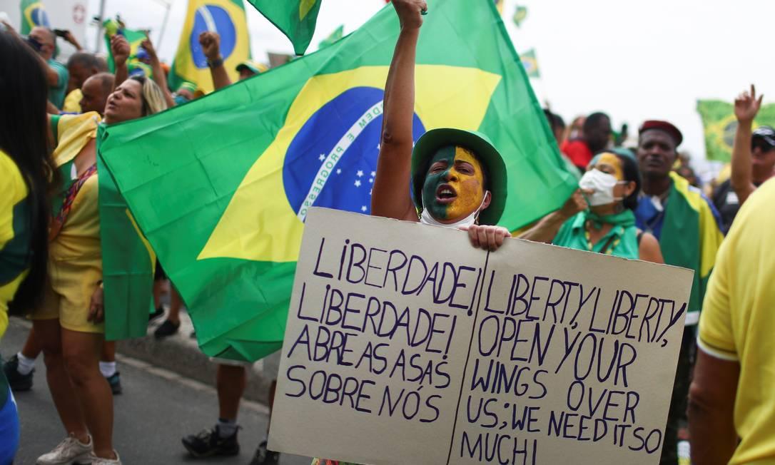 """Manifestante traduziu para o inglês trecho do samba-enredo da Imperatriz Leopoldinense: """"Liberdade! Liberdade! Abra as Asas sobre Nós"""", acrescentando: """"nós precisamos muito disso Foto: Pilar Olivares / Reuters"""