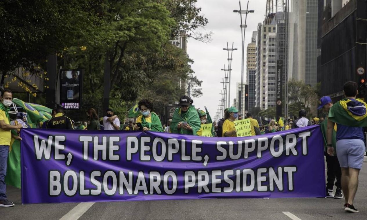 """""""Nós, o povo, apoiamos o Presidente Bolsonaro"""", diz o cartaz na Avenida Paulista, em São Paulo Foto: Agencia Enquadrar / Agência O Globo"""
