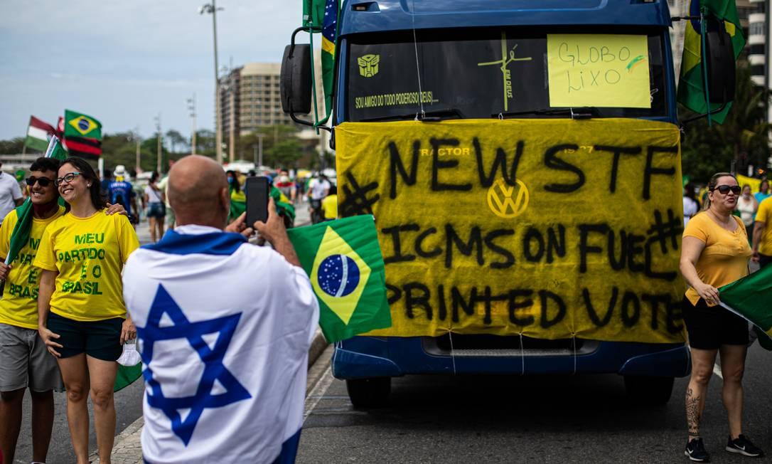 """""""Novo STF, ICMS sobre combustível, voto impresso"""" diz cartaz afixado em caminhão na Avenida Atlântica, em Copacabana, Zona Sul do Rio Foto: Hermes de Paula / Agência O Globo"""