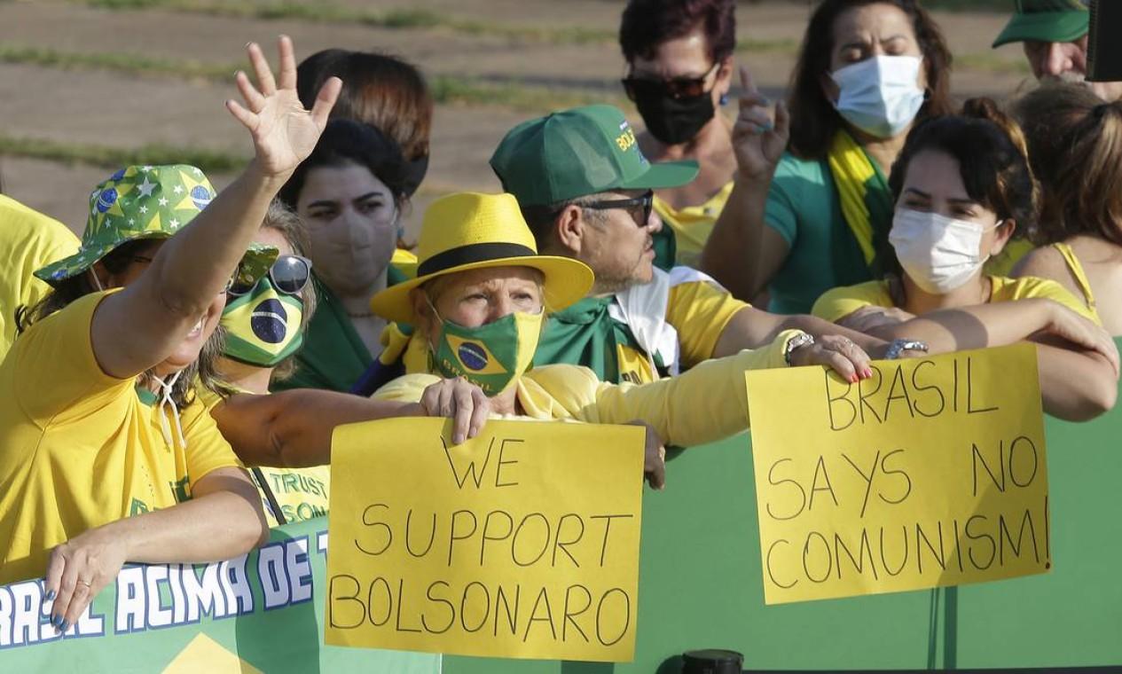 """""""Nós apoiamos Bolsonaro"""" e """"Brasil diz não ao comunismo"""", dizem Foto: Cristiano Mariz / O Globo"""