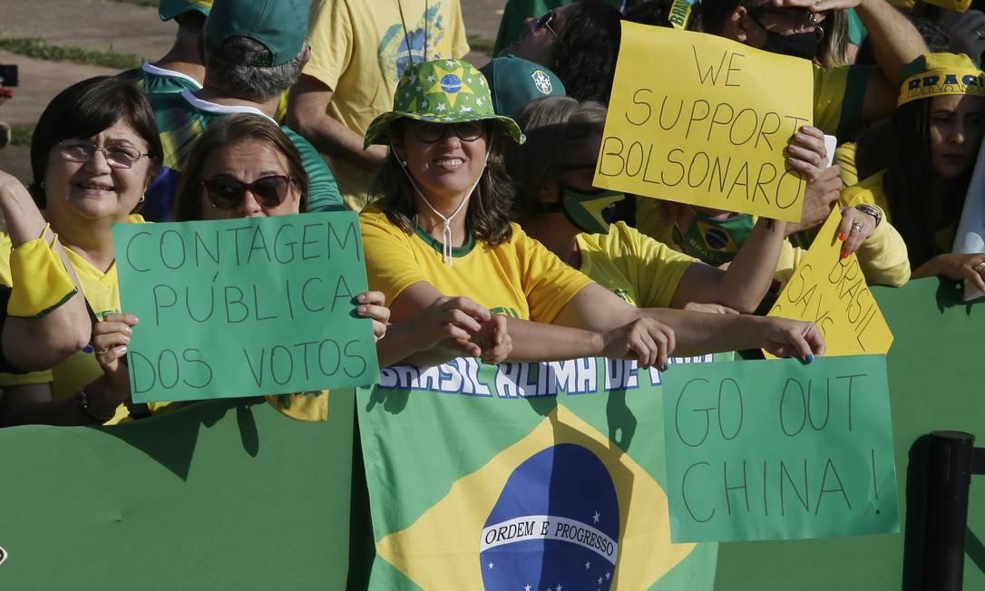 """Ao lado da bandeira do Brasil, cartaz diz: """"Fora China"""" Foto: Cristiano Mariz / O Globo"""