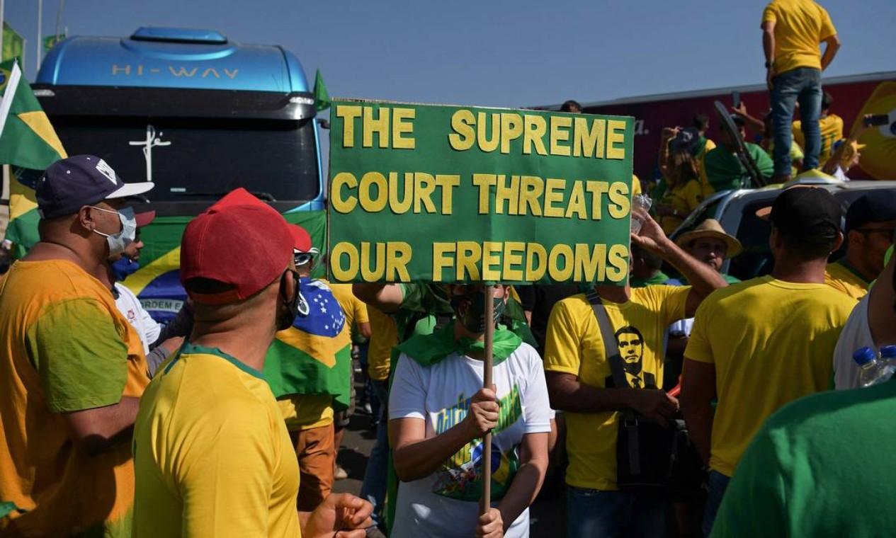 """""""A Suprema Corte ameaça nossas liberdades"""", diz o cartaz em Brasília Foto: CARL DE SOUZA / AFP"""