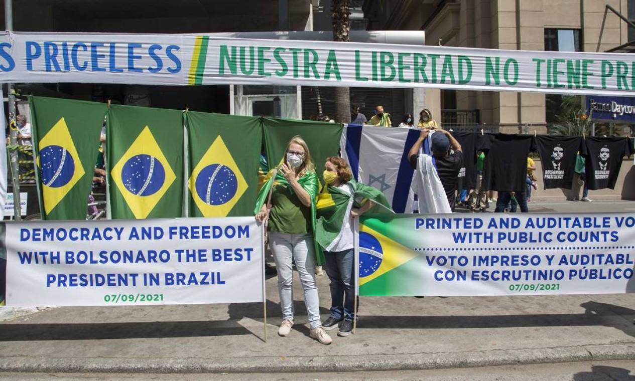 """Em espanhol, """"nossa liberdade não tem preço""""; em inglês, Democracia e liberdade com Bolsonaro o melhor presidente do Brasil. Contagem pública e auditável do voto impresso Foto: Edilson Dantas / Agência O Globo"""