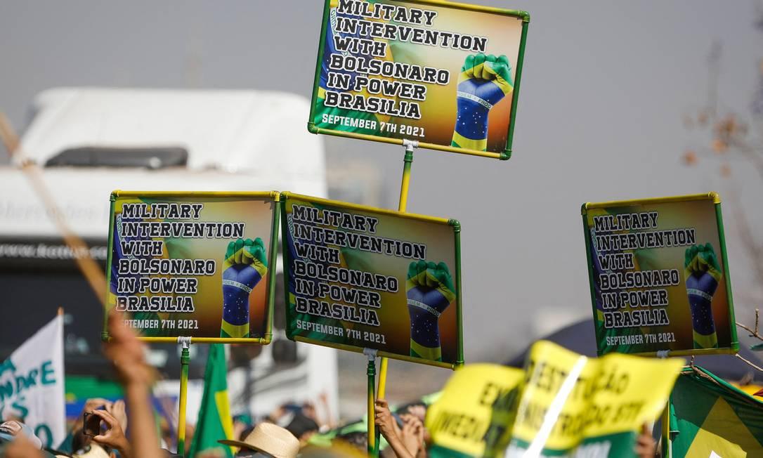 """""""Intervenção Miliar com Bolsonaro no poder em Brasília"""", diz cartazes em inglês Foto: SERGIO LIMA / AFP"""