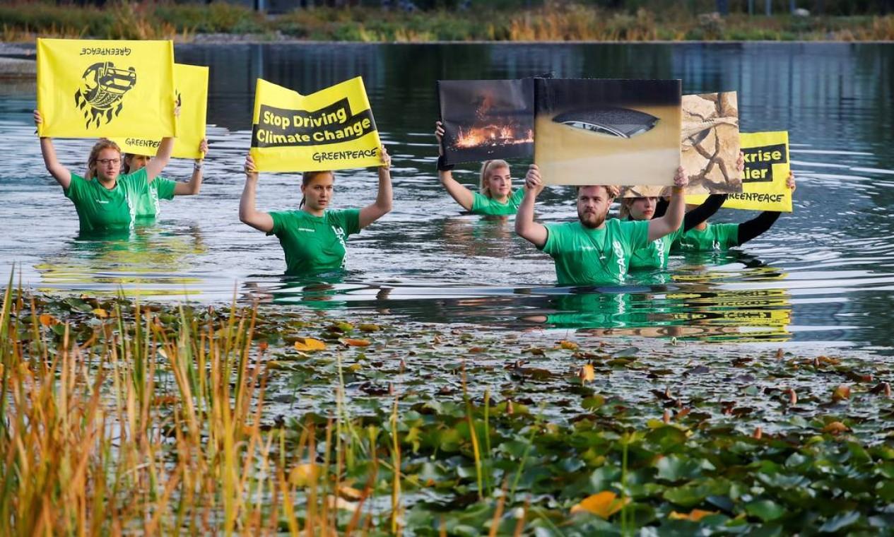Ativistas do Greenpeace protestam em um lago antes do Salão Automóvel de Munique, Alemanha Foto: WOLFGANG RATTAY / REUTERS - 07/09/2021