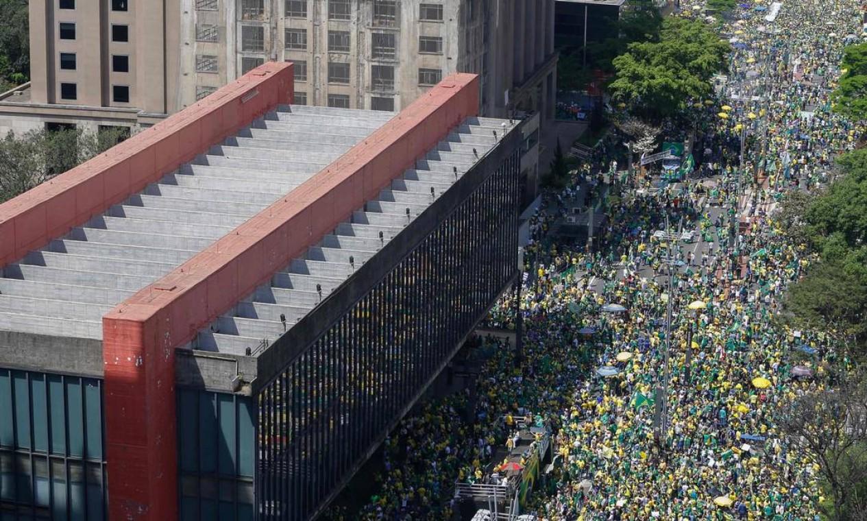 Imagem aérea mostra Avenida Paulista, na altura do Masp, tomada por manifestantes pró-Bolsonaro Foto: Miguel Schincariol / AFP