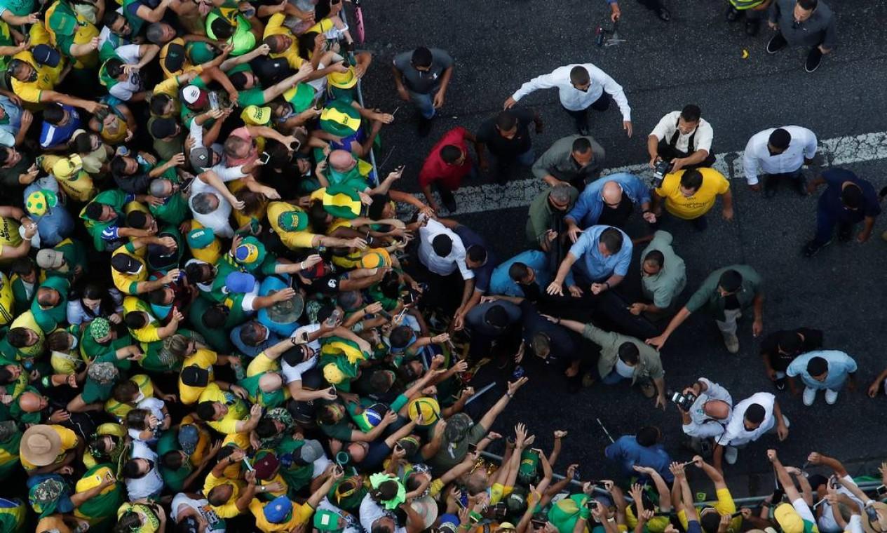 Momento em que Bolsonaro chega ao ato para discursar em palanque na Avenida Paulista Foto: Amanda Perobelli / REUTERS